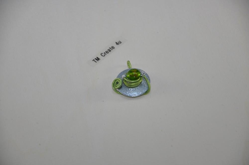 Anhänger mit Aludraht (grün) und Metalldot mit Perle (grün-gold)
