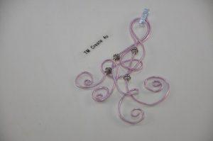 Anhänger mit Aludraht (rose) und Perlen (silber)